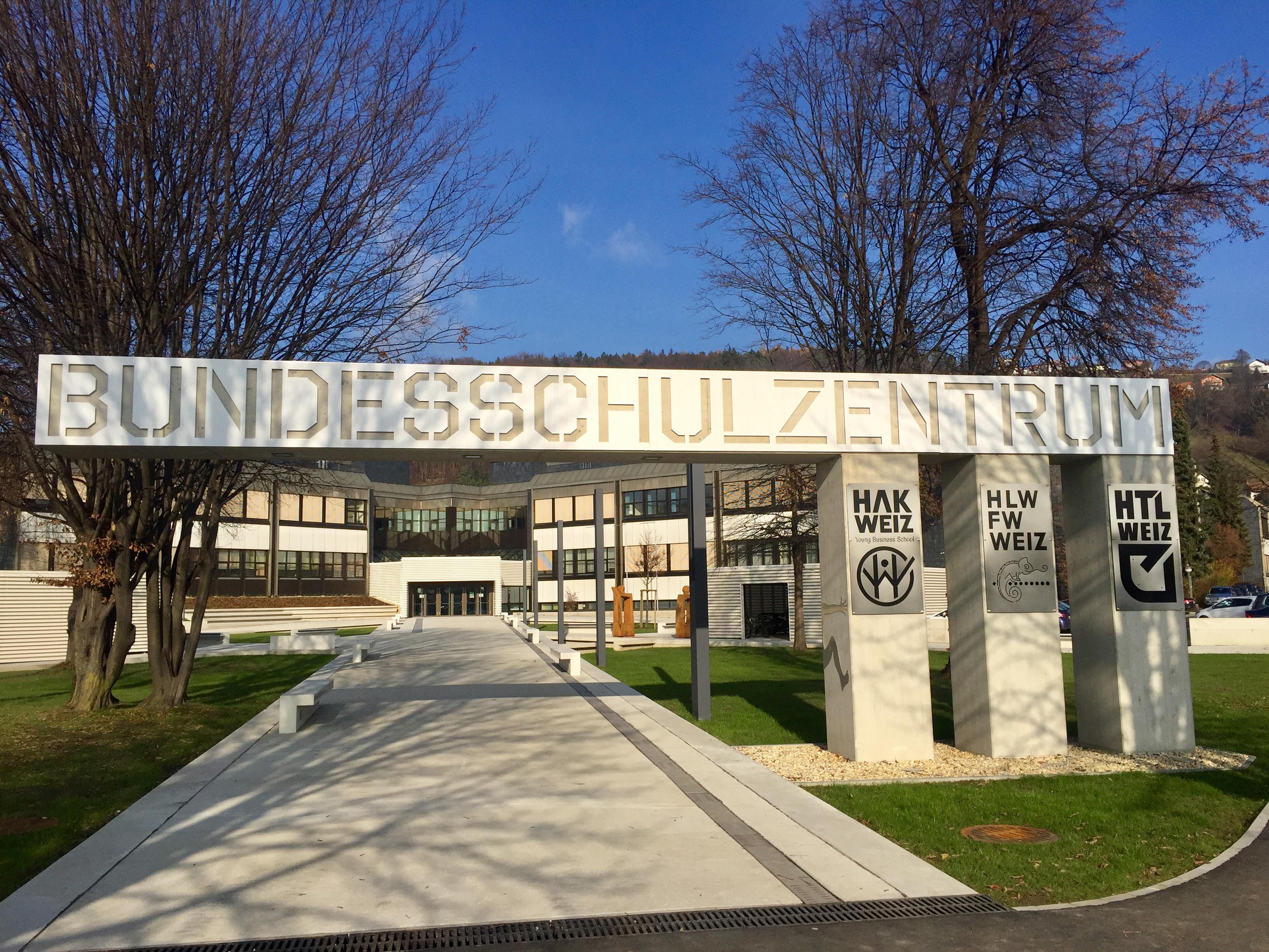 Sie sehen den Eingang zum Bundesschulzentrum in Weiz.