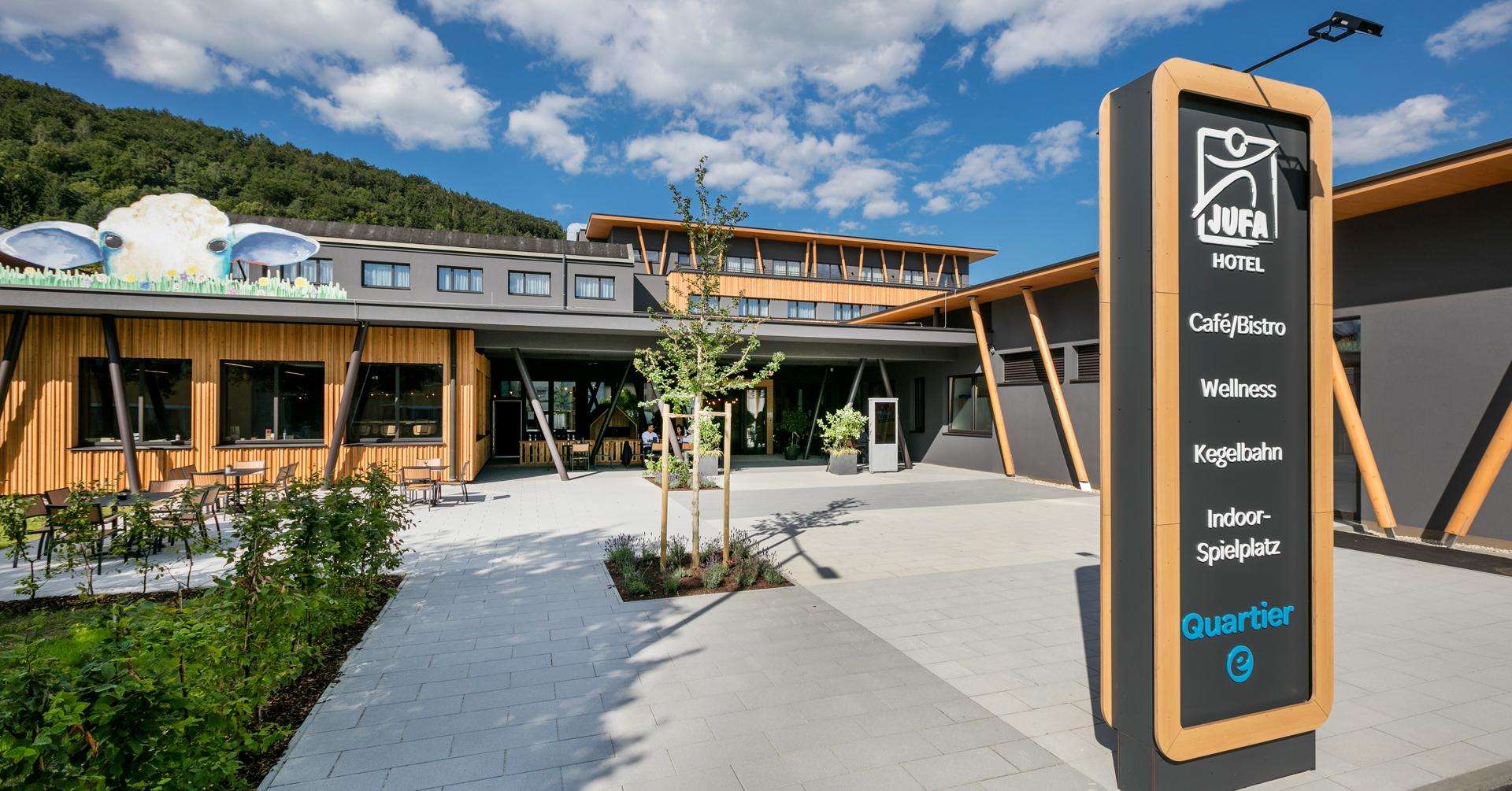 Sie sehen den ersten Eindruck des JUFA Hotel Weiz***s. Der Ort für kinderfreundlichen und erlebnisreichen Urlaub für die ganze Familie.