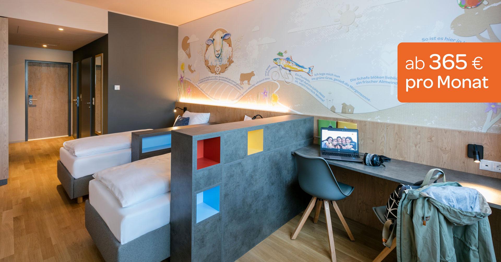 Sie sehen ein Doppelzimmer mit Schreibtisch und Stuhl im JUFA Hotel Weiz***s Schülercampus. Der Ort für erfolgreiche und kreative Seminare in abwechslungsreichen Regionen.